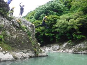 恒例の岩からの飛び込み