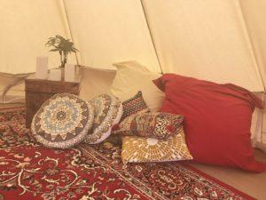 テントの中はゆっくりくつろげるようクッションをたくさん使います