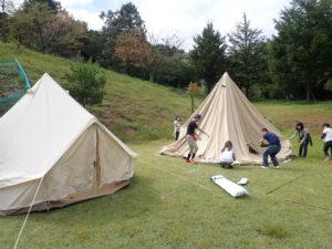 キャンプ場でグランピングテントの設営中