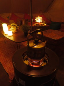 テントの中はストーブで暖かです