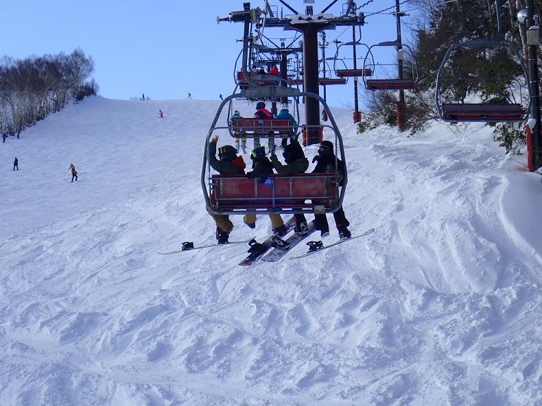スノーボードのリフトで移動。社会人サークルナッツベリー