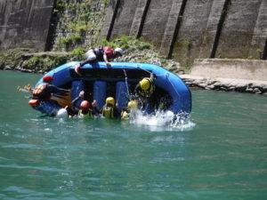 ボートがひっくり返る前に、素早くボートの裏に回る技もあるんです