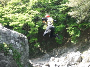 回転しなが岩の上からジャンプ!!